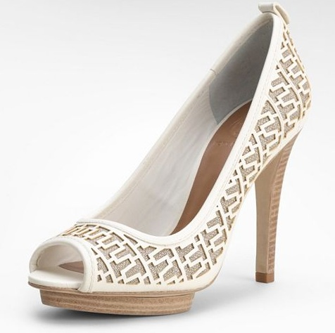 White and neutral pump for any wedding look